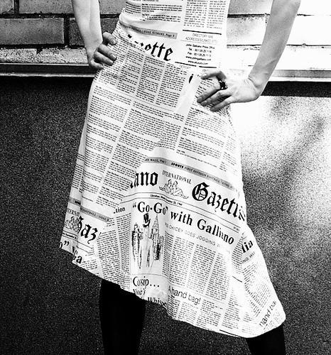 дизайн Саши Саночки Платье из газеты рисунок ткани газетный