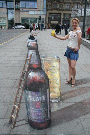 Бутылка на мостовой