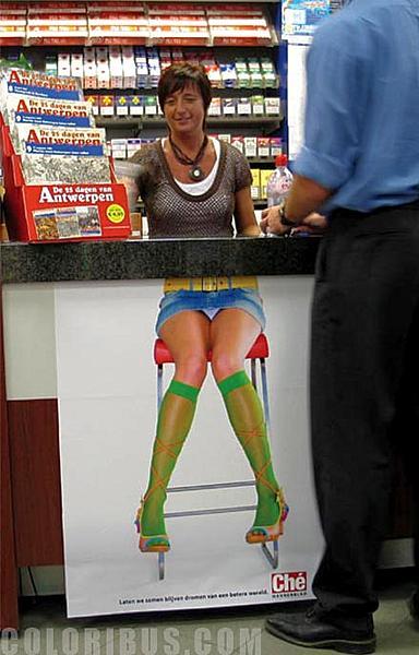 стойка в магазине с рисунком обманкой