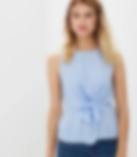 f7c718fce26 Стильная и модная блуза без рукавов прекрасно будет смотреться под  блейзером