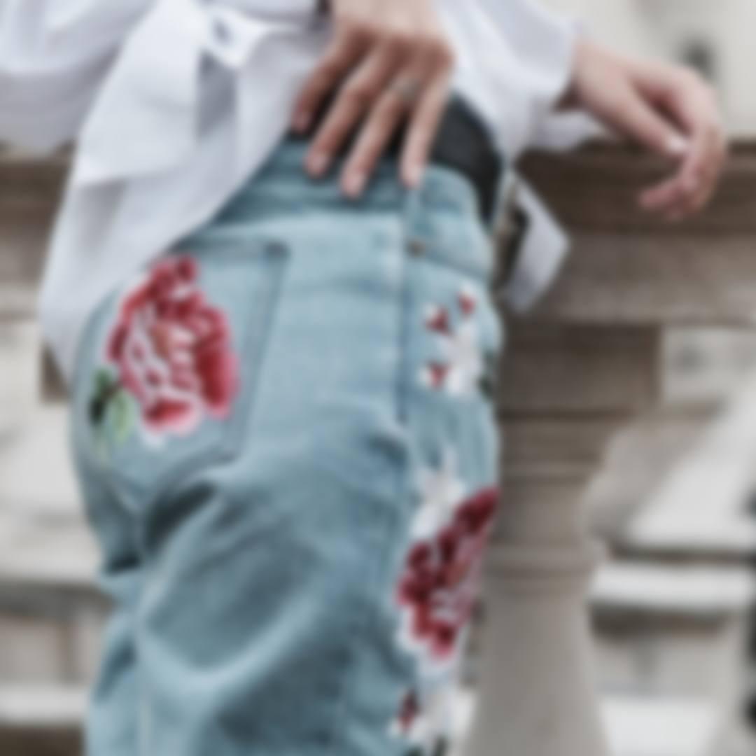 f9590f83905 Какие джинсы в моде в 2018 году - женские (фото) и с чем носить