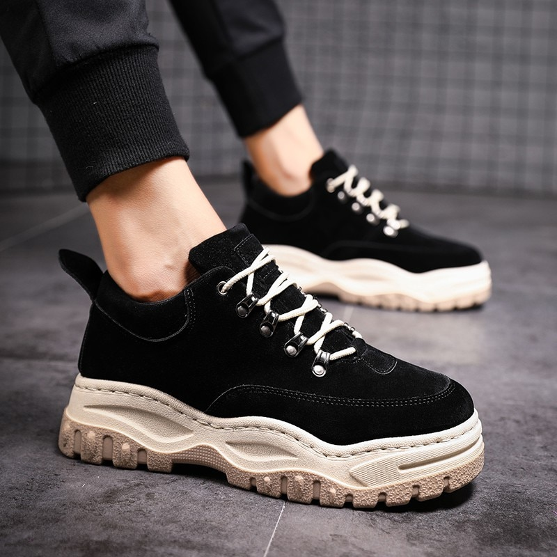 dff3c0ca3 ... Balenciaga стали любимой моделью индустрии моды. Теперь по популярности  они догоняют богато украшенную модель Gucci. Мода на массивные кроссовки  также ...