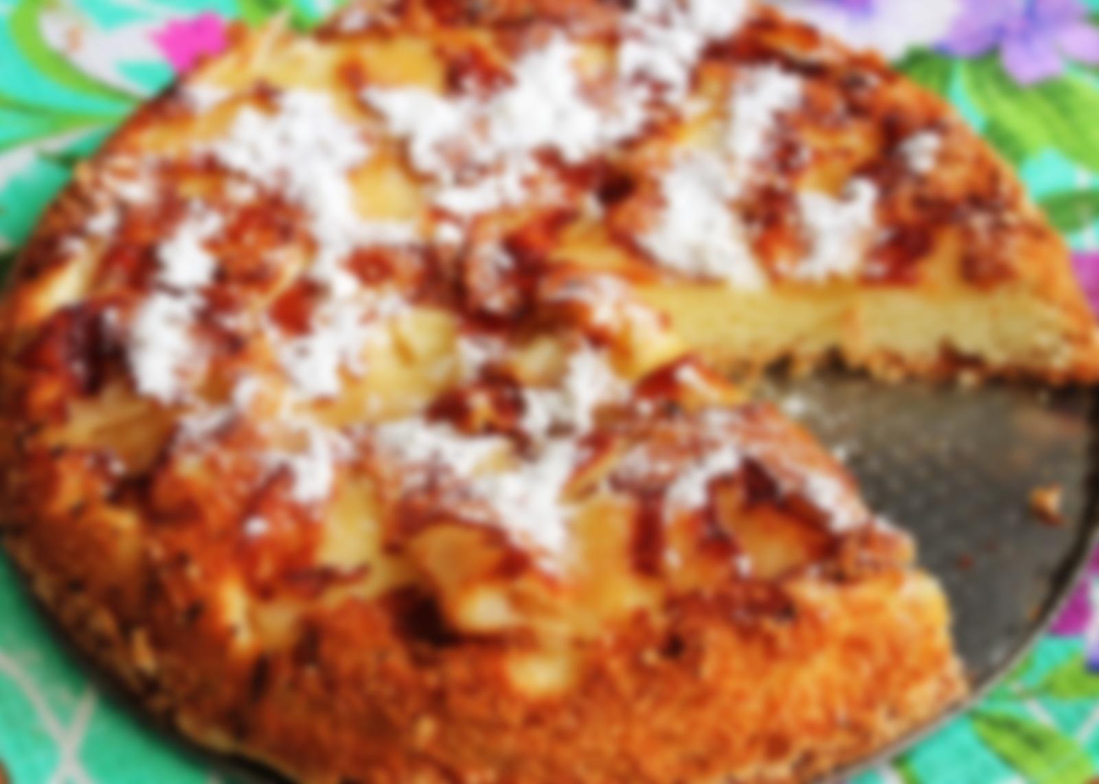 Шарлотка с яблоками — рецепт с орехами и изюмом.