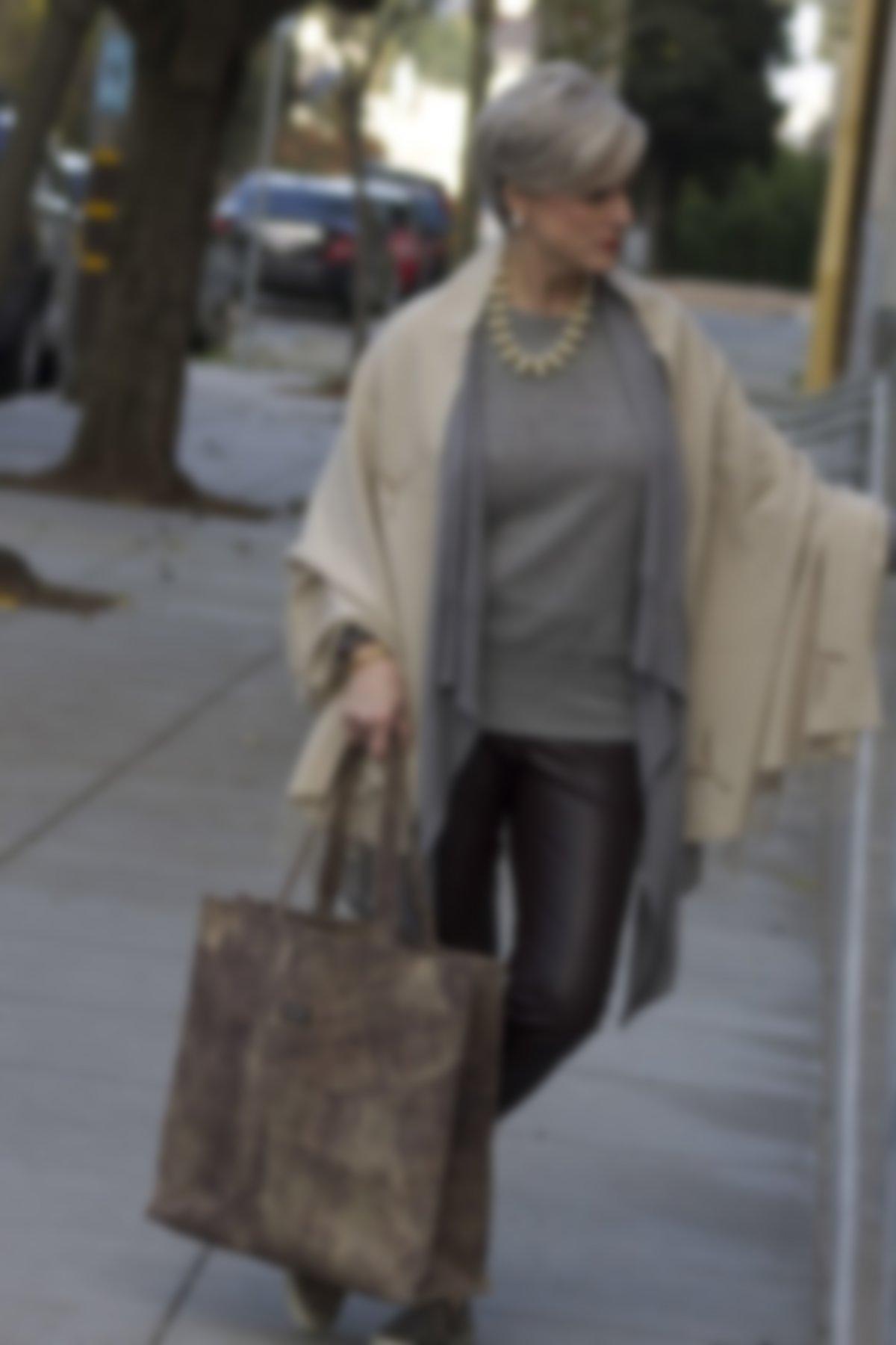 cd793c4490bf Большинство предлагаемых дизайнерами образов подчеркивают особый шарм  возраста с помощью классических моделей. Строгие юбки, блузки и брюки могут  быть ...