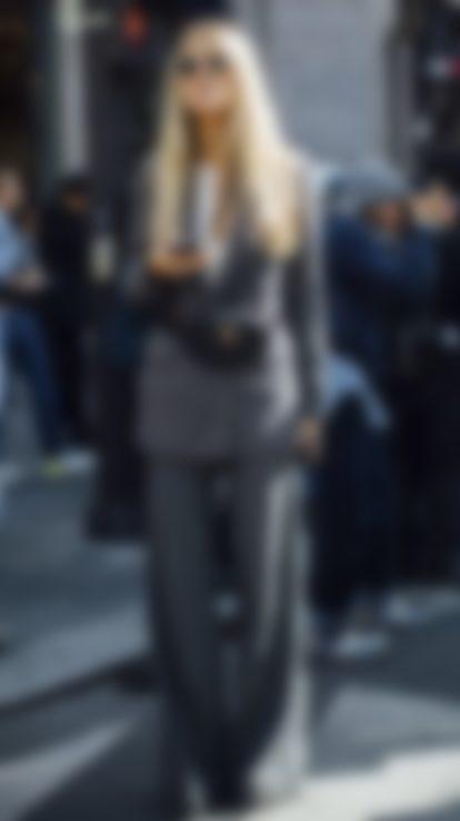 da0b0e6fb190 Модные женские брючные костюмы представлены в нынешнем 2019 году во  всевозможных стилистических направлениях: