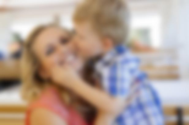 Красивая мама не хотела отдаваться сыну