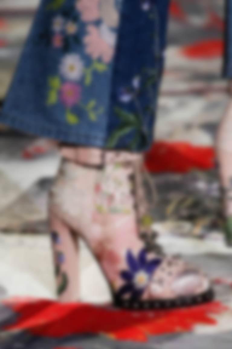 74d0f1b42 Модные ботинки 2019 года будут украшать красивой, красочной вышивкой (а  также бисером и другими аппликациями). Спасибо Майкл Корс и Эрди.