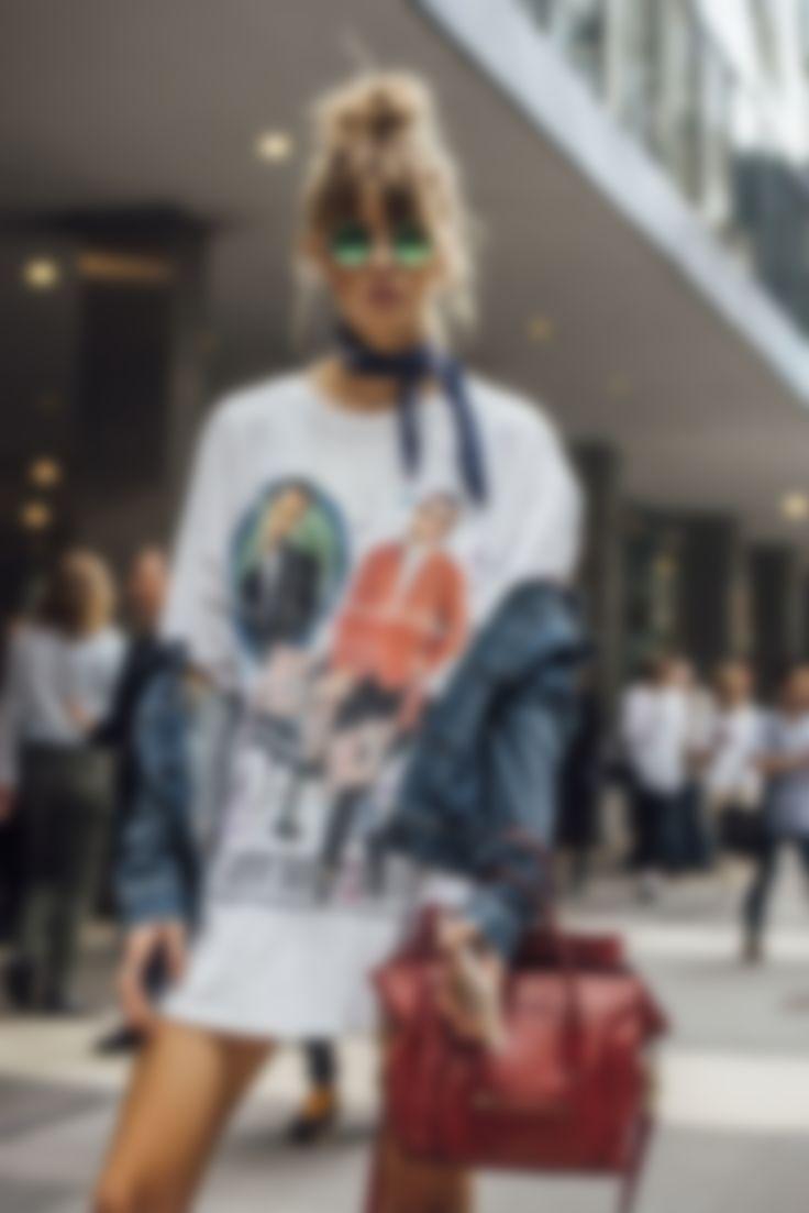 1921c04d6f1e0 ... и футболки не стали исключением. На пике моды пребывают лаконичные  модели однотонного цвета всевозможных оттенков со скромными принтами и  рисунками.