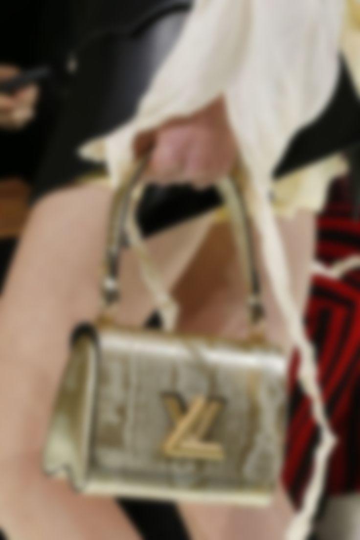 Louis Vuitton выпустил на подиум модель с сумочкой пастельного цвета, у  которой есть один золотой акцент – цепочка, благодаря чему аксессуар удобно  носить ... bb32e9434dd