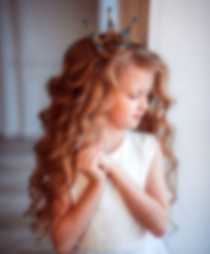 Из них можно сотворить: асимметричные новогодние прически для девочек, которые превратят малышку в истинную леди; объемные косы, которые можно заплести абсолютно по-разному простая, но очень милая прическа для девочек на новый год на основе множества маленьких хвостиков, которые разбросаны по головке.