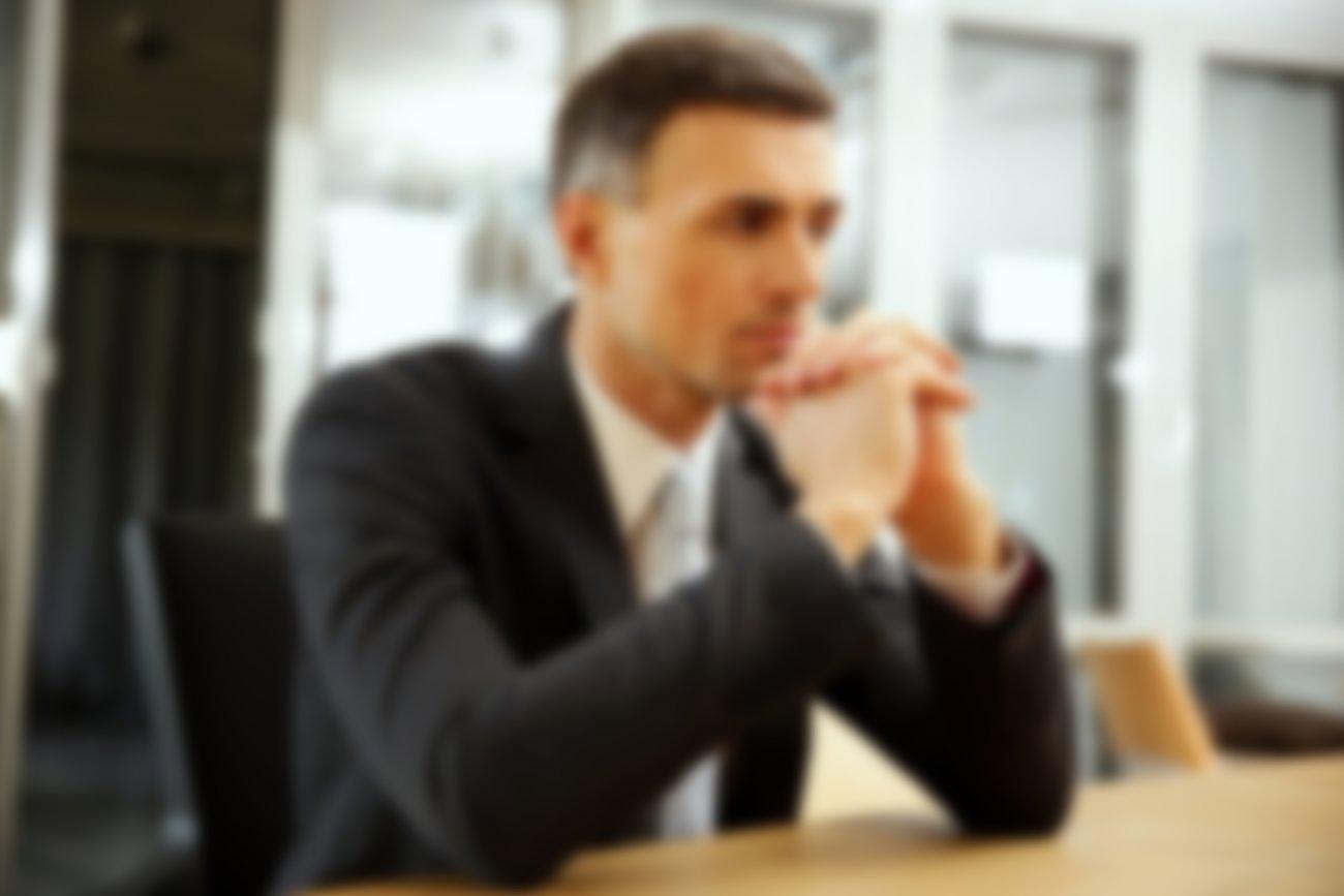 фото парень за столом в офисе ленина своей публичной