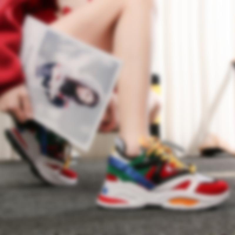 21525a14b На модных подиумах можно увидеть кроссовки на высокой подошве или расшитые  пайетками, при этом удачно вписывающиеся в молодежный стиль. Так какие  женские ...