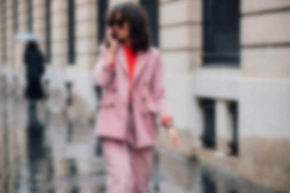 cf444692a8979 Внимательное изучение фото и модных тенденций на осень-зиму 2018- 2019 года  подскажет привлекательный вариант покупки парочки женских брючных костюмов.