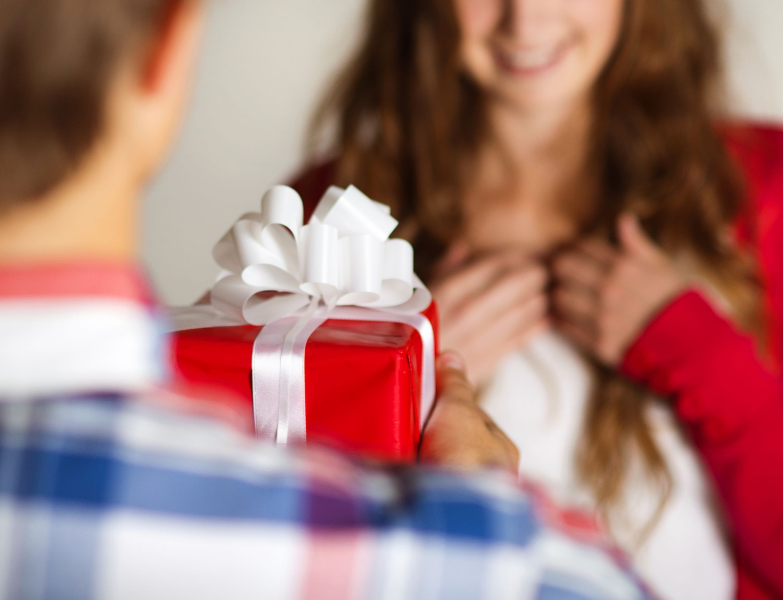 Ли на знакомства год подарки дарят