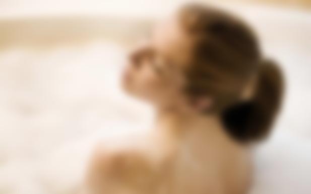 фото в ванной девушки без лица только тело