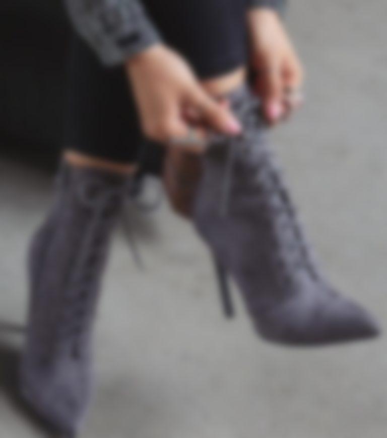 f2b17d1d8 Они будут отлично работать в теплые дни. Ботинки с пряжками и заклепками  останутся в моде, но весной мы будем носить их в более светлых тонах, ...