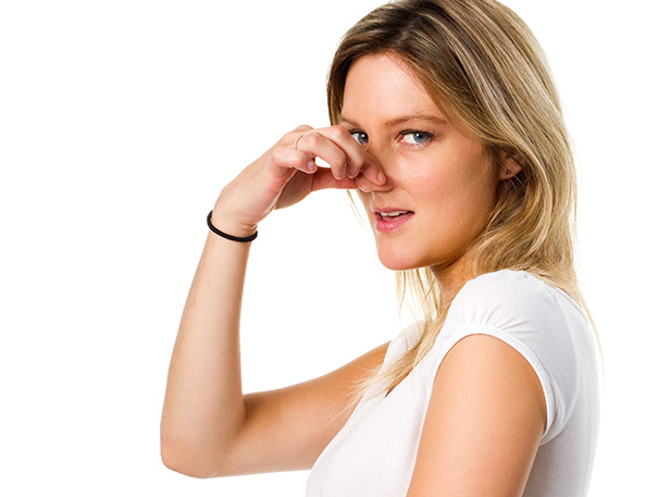 Как избавиться от въевшегося запаха пота на одежде без стирки 10