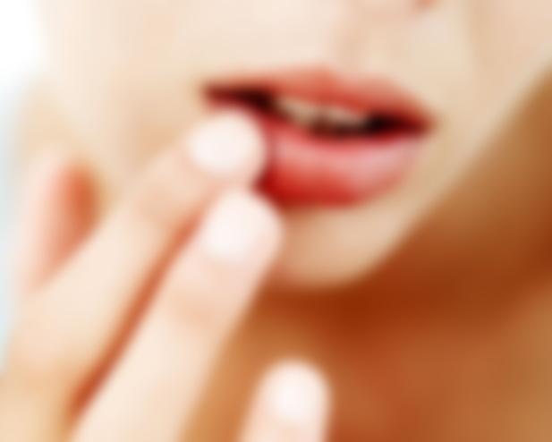 Как помочь обветренным губам