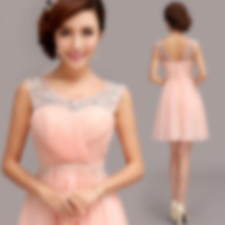 9aca8cb0277 В выпускной моде популярны и вечерние платья классических расцветок и их  сочетаний — это белый