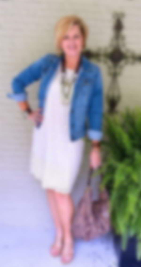6d24f988396b00c Как известно, модные тенденции 2018 делают акцент на естественной красоте и  женственности. Для того чтобы ее подчеркнуть, женщинам за 50 лет нужно  выделить ...