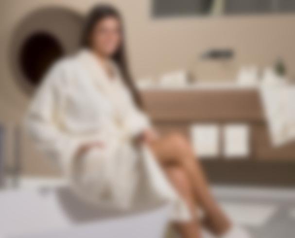 Смотреть женщину в халате онлайн 3 фотография