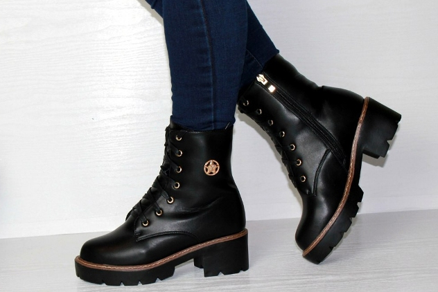64b27bb71 Внимание! Носить ботинки в дуэте с носками не только разрешено, но и  целесообразно. Нужно только соответствовать им с точки зрения цвета или  рисунка.