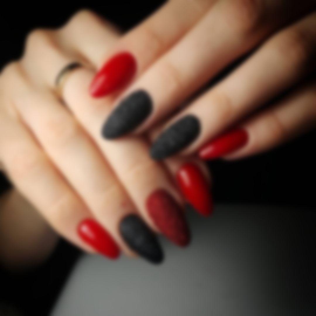 Маникюр черный с красными маками