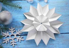 Объемные снежинки из бумаги своими руками на Новый год 2022