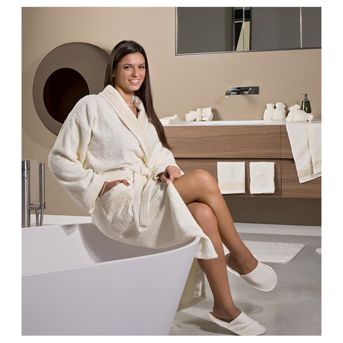 Смотреть женщину в халате онлайн 7 фотография