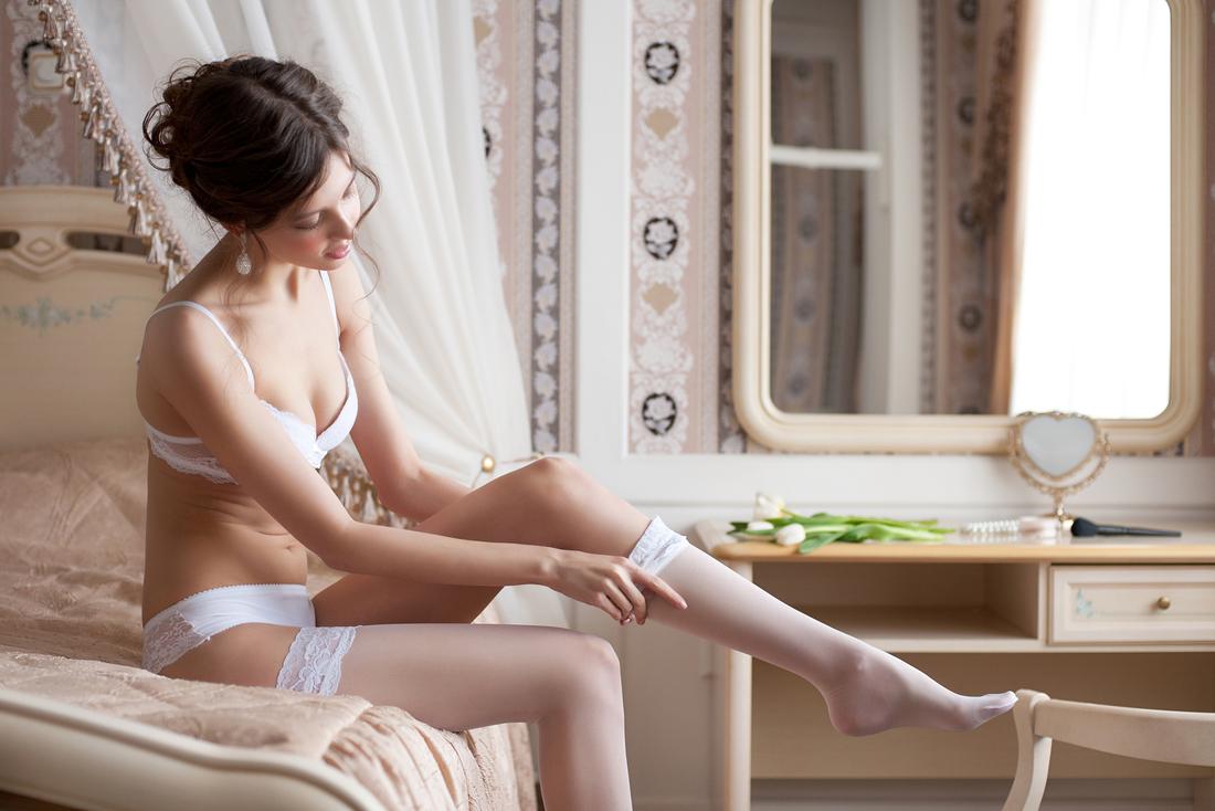 118Красивая женщина чулки одевает
