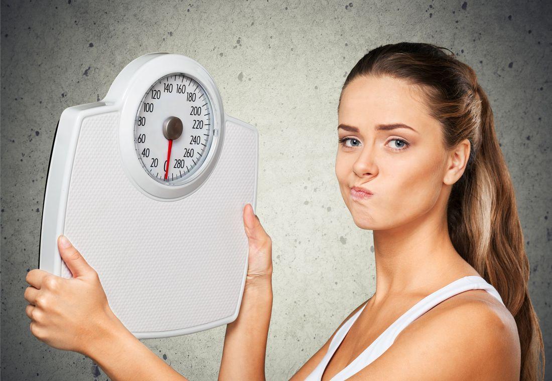 Фото как девушки взвешиваются на весах