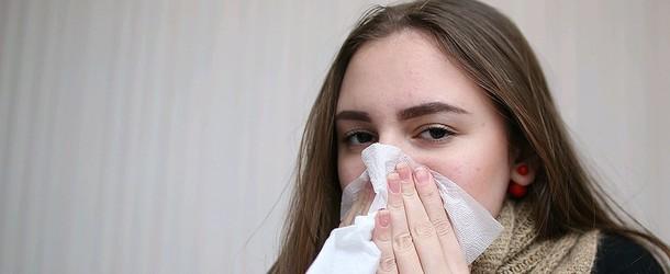 Зелёные сопли у взрослого без температуры: как лечить народными средствами, медикаментами, при беременности