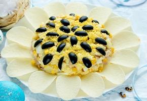 Классический рецепт салата Подсолнух с чипсами и кукурузой