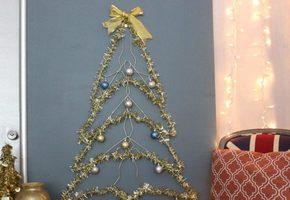 Делаем красивую елку на стене из мишуры и гирлянды