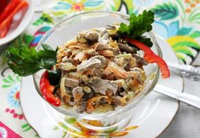 Вкусный салат Обжорка с курицей и солеными огурцами