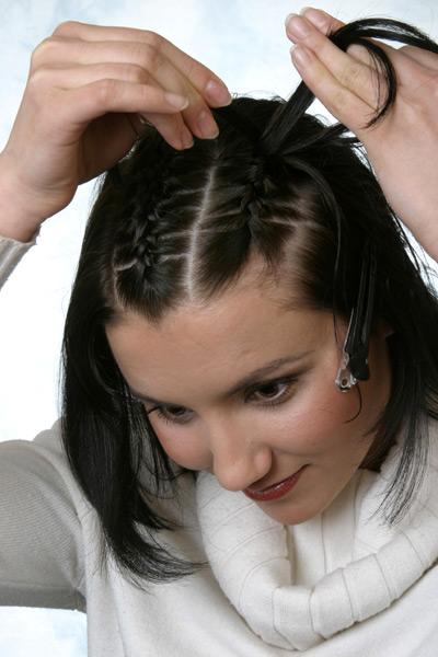 """Все три части волос заплетаем в тугие косички  """"колоском """" ."""