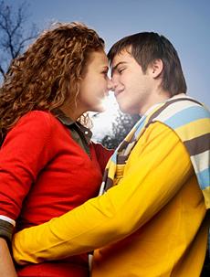 Мастурбирует девчонки целуются одни дома