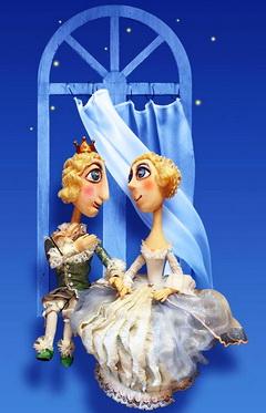 В одном кукольном театре жил-был Разбойник.  Так звали куклу, которая играла только плохих персонажей.