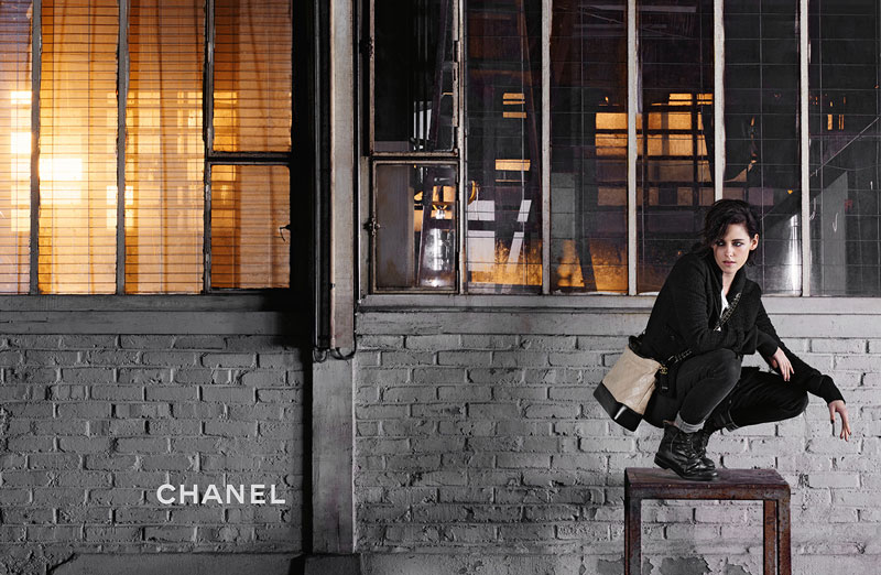 Кристен Стюарт отыскала дух Коко Шанель врекламе свежей сумочки бренда